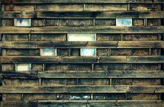 Imagens com cor manipulada, por: mistura de canais, balanço de cor, curvas e níveis por canal. Foto: Restaurante Olde Hansa - Tallin; parede de tábuas