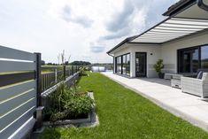 Eine gemütliche Terrasse mit überdachtem Sonnendach und gemütlicher Sitzbank. Garage Doors, Outdoor Decor, Home Decor, Banquette Bench, Cozy Patio, Decoration Home, Room Decor, Home Interior Design, Carriage Doors
