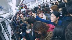 【首尔地铁图中文版】从来没有想过首尔的地铁在 10:00 PM 这个时段会如此拥挤 几乎每到一个站就会在本来已经挤满人的车厢内再增加一倍 最后把我们挤得站在那么丁点的地方动也不敢动 是因为都是加班的打工族么  还是大家都在赶尾班车 实在费解http://www.hanguoyou.org/public/traffic/main/2