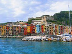 Entzückend bunt: Portovenere, an der ligurischen Küste, ist UNESCO-Weltkulturerbe. Berühmt ist das italienische Städtchen für seine schönen Schlösser und die farbenfrohen Häuserfassaden am Kai. cc sa by fedewild