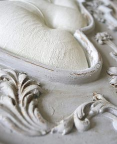 How to use chalk paint - Chalk paint eliminates the prep work and does not require stripping, sanding or priming. It adheres to almost any surface. #chalkpaint #chalkpainttuorial #chalkpainttips #paintingtips #paintingfabric #paintingcabinets #paintingfurniture