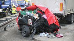 Tödliche Unfälle am Stauende: Lkw zerquetscht Auto - vier Tote