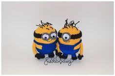 crochet minions, on the inside is a yellow plastic egg of kinder surprise. www.haekelherz.de