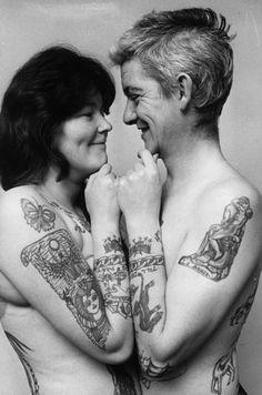 Ivor e Marianne Collier exibem sua adoração recíproca e seu gosto por tatuagens. 1972.
