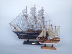 Bateaux faits de bois en vente à la boutique du musée. Site Archéologique, Sailing Ships, History Websites, Boats, Woodwind Instrument, Sailboat, Tall Ships