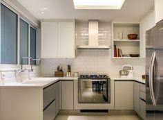 Cozinha | A parede cozinha ganhou revestimento em cerâmica metro white da Portobello. E piso de porcelanato cinza da Portinari. Armários da Kitchens  (Foto: André Nazareth/Divulgação)
