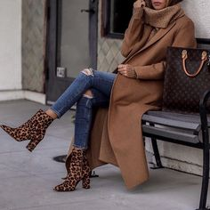 Classic brown coat over comfy sweater and ripped denim jeans with trendy leopard print boots. Fall Winter Outfits, Autumn Winter Fashion, Stylish Outfits, Fashion Outfits, Fashion Trends, Moda Fashion, Style Fashion, Minimalist Outfit, Mode Cool