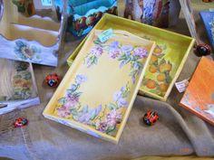 Vassoi e altri oggetti in legno