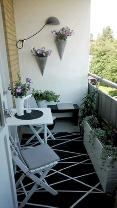 apartment patio decorating Tiny Livable Areas: Small Apartment Balconies - Unique Balcony & Garden Decoration and Easy DIY Ideas Small Balcony Design, Small Balcony Garden, Small Balcony Decor, Small Patio, Balcony Ideas, Condo Balcony, Patio Ideas, Terrace Ideas, Small Balconies