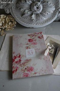 Pochette , tissu ancien et monogramme style shabby et romantique Brocante de charme atelier cosy.fr