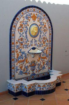 Fuente de pared en Funchal. Azulejeria de Talavera pintado a mano. Autor Toni Alférez.
