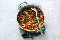 1 december - Boerenkool in de bonus - Het ideale gerecht als je stevige trek hebt. De boerenkool krijgt tijdens het stoven extra smaak dankzij het succesduo knoflook en rozemarijn - Recept - Allerhande
