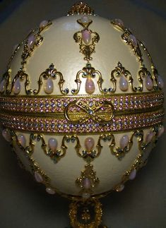 Fabergé Eggs: The brilliantly bejeweled Easter eggs of century Russian artist Peter Carl Faberge are a hallmark of miniaturist engineering and craftsmanship. Fabrege Eggs, Egg Designs, Egg Art, Royal Jewels, Objet D'art, Egg Decorating, Russian Art, Art Object, Mason Jars