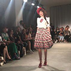 Es leuchtete das Rot und es schwangen die Rocksäume. Als Designerin Lena Hoschek vergangene Woche ihre Sommerkollektion 2018 auf dem Laufsteg der Berliner Fashion Week präsentierte, wurde es feurig…