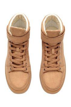 Sneakers alte: Sneakers alte in finto camoscio. Bordo leggermente imbottito, lacci davanti e chiusura a strappo. Fodera in mesh e soletta in finta pelle. Suola in gomma.
