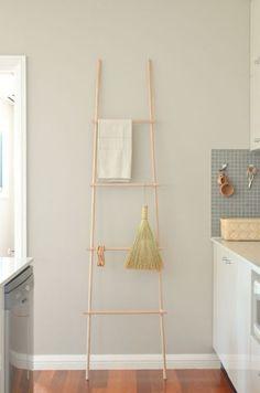 Scandi Home: DIY Display Ladder Porte ou torchon , échelle , Diy Ladder, Ladder Decor, Diy Storage Projects, Scandi Home, Home Living, Kitchen Tiles, Interiores Design, Wall Colors, Decoration