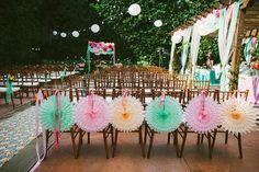 Me encanta esta idea de decorar los respaldos con abanicos de papel! / I love the idea of decorating the chair backs with paper fans...