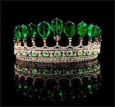 Never get tired of seeing this incredible crown with Colombian emeralds~