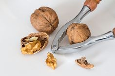 Walnuts have many health benefits. Eating walnuts each day can give you huge health benefits, especially to do with the heart, but that's not all. Health Benefits Of Walnuts, Health Tips, Health And Wellness, Remedies For Menstrual Cramps, Cramp Remedies, Gastro, Female Hormones, Superfood, Natural Remedies
