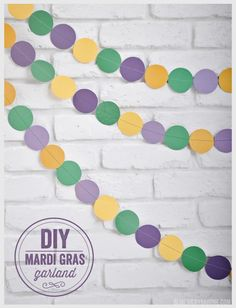 A little yellow, green and purple scrapbook paper can go a long way. Here's a super simple DIY Mardi Gras decoration tutorial by Vicky Barone. If you're having a Mardi Gras party, this craft is a must-make. Mardi Gras Food, Mardi Gras Beads, Mardi Gras Party, Diy Carnival, Mardi Gras Carnival, Carnival Glory, Mardi Gras Centerpieces, Mardi Gras Decorations, Mardi Gras Activities