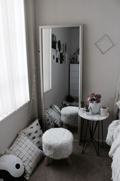 White, minimalistic bedroom! I love this! <3 #bedroom #mirror