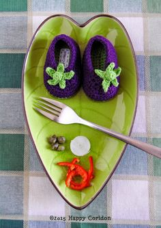 Scarpe da bebè lavorate a crochet a forma di fragola e melanzana. Crochet shoes strawberry and aubergine.