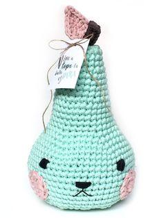 Aprende a tejer una adorable pera amigurumi de trapillo - Pirum Parum con tarjeta imprimible y patrón gratuito ¡el regalo perfecto! Cute Crochet, Crochet Toys, Knit Crochet, Rubrics, Free Pattern, Crochet Patterns, Dolls, Christmas Ornaments, Knitting