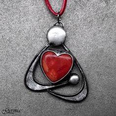 Mateřská+láska+Autorský+náhrdelník+je+provedením+matky+s+dítětem+v+náručí+v+abstraktním+stylu.Jde+zde+o+vyjádření+lásky+mezi+drobným+tvorečkem,+který+byl+ještě+nedávno+součastí+matky+a+právě+samotnou+maminkou,+jejíž+srdce+překypuje+láskou+ke+svému+děťátku.+Tento+vztah+je+zde+symbolicky+vyjádřen+rudým+korálem+broušeným+do+tvaru+srdce,+který+se+nachází+...