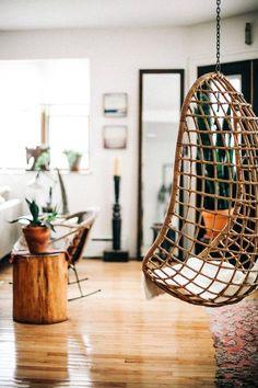 Dans le salon, le fauteuil suspendu est la solution parfaite pour créer un coin lecture cosy