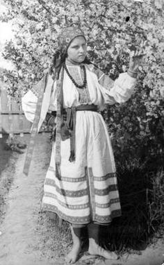 Folk singer of the county zdołbunowskiego with cherry blossom tree. Event Date: 1925 - 1939. Rivne