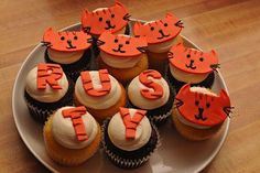 Rusty Rusty injured his front paw at the end of November, and to help celebrate the removal of his splint, his human ordered these adorabl. Cat Cupcakes, Cats, Desserts, Food, Tailgate Desserts, Gatos, Deserts, Essen, Postres