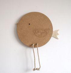 IYO es un cuadro- perchero fabricado en fibra de madera(dm), cuerda de cáñamo y fieltro de lana natural. Mide 30 cm de diámetro x 1,5 cm.