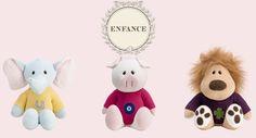 Os pequenos de pelúcia mais fofos e cobiçados não só pelas crianças, mas por nós adultos também, os Les Amis, da Enfance, ganharam novas roupinhas de tricô nas cores amarela, roxa e rosa.