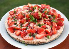 Ozaj jednoduchý raw recept na tortu s čerstvými jahodami, pre všetkých milovníkov surovej stravy.