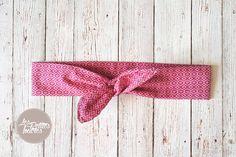 Découvrez ce tuto de couture facile pour réaliser un bandeau avec noeud en tissu pour une petite fille ou pour vous. Bandeau avec un noeud et un fil de fer