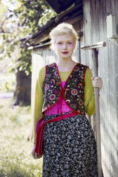 """Frühlingsmode 2013 - Das Model trägt eine schwarze Öko-Baumwollweste der Kollektion """"Nordisch farbenstark"""". Sie hat Bindebänder in der Mitte und schöne handgequiltete Nähte."""