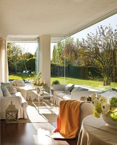 White living room with orange and blue accents from Mix and Chic: Beautiful room ideas!