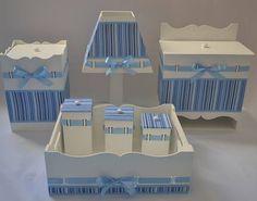 Kit de higiene para bebê passa fita, composto por 7 itens: Cesta, 3 potes, abajur, porta fralda, lixeira ou garrafa térmica  Produto exclusivo, 100% feito a mão.  Feito somente sob encomenda. Prazo para produção: 15 dias úteis R$ 230,00 Mdf Letters, Kit Bebe, Shower Bebe, Patchwork Baby, Baby Ornaments, Baby Kit, Baby Room Design, 230, Baby Scrapbook