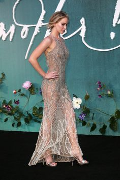 Jennifer Lawrence Wears Her Most Naked Dress Yet to the Mother! Premiere in London - Jennifer Lawrence - IMDb Jennifer Lawrence Style, Jenifer Lawrence, Beautiful Celebrities, Beautiful Actresses, Sexy Outfits, Sexy Dresses, Formal Dresses, Manequin, Versace Dress