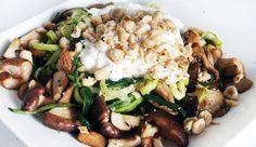 Courgetti met paddenstoelen, burrata, tijm en hazelnoten