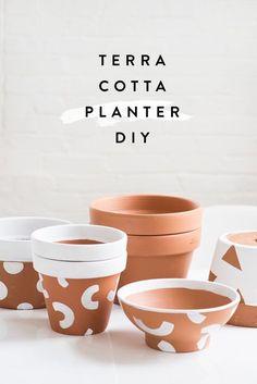 Paint terra cotta planters with geometric shapes for a decora… Awesome DIY alert! Diy Décoration, Easy Diy, Diy Craft Projects, Diy Crafts, Garden Projects, Pots D'argile, Cactus E Suculentas, Painted Plant Pots, Diy Planters