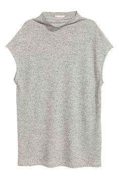 T-shirt met kapmouwen: Een T-shirt van zacht tricot met een opstaand halsboordje en kapmouwen.