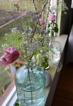 Idee voor het stylen van je vensterbank. Met vazen en bloemen! (www.kees-koos.nl)