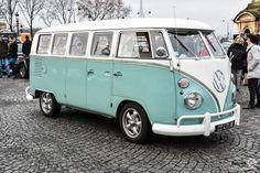 Combi Volkswagen à la Traversée de Paris 2017, reportage : http://newsdanciennes.com/2017/01/09/traversee-de-paris-hivernale-2017-galettes-bruine-et-voitures-anciennes/