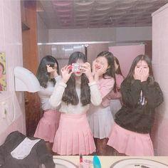 Korean Fashion On The Streets Of Paris Korean Girl Photo, Cute Korean Girl, Asian Girl, Mode Ulzzang, Ulzzang Korean Girl, Ulzzang Girl Fashion, Best Friends Aesthetic, Korean Best Friends, Chica Cool