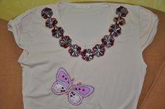Blusa com aplicação de flores e borboleta.  Feita sob encomenda nos tamanhos P, M, G e GG e nas cores desejadas. R$35,00