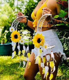 This Dream catchers are so adorable 🌻🌻🌻🌻 Sunflower Nursery, Sunflower Room, Sunflower Crafts, Dream Catcher Boho, Dream Catchers, Dream Catcher Painting, Stay Wild Moon Child, Flowers In Jars, Moon Shapes