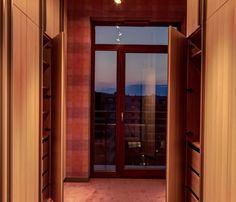 Praktyczny system szaf w garderobie pozwalający na swobodne korzystanie z pomieszczenia.