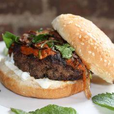 Burger d'agneau marocain – Freshmint - 13$ Boulette d'agneau épicé à la marocaine (cumin, paprika, coriandre, ail), sauce yogourt et menthe, Harissa maison, échalottes frites