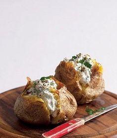 Snadno a rychle: pečená brambora s náplní Rozpalte troubu na 220 °C. Velkou…